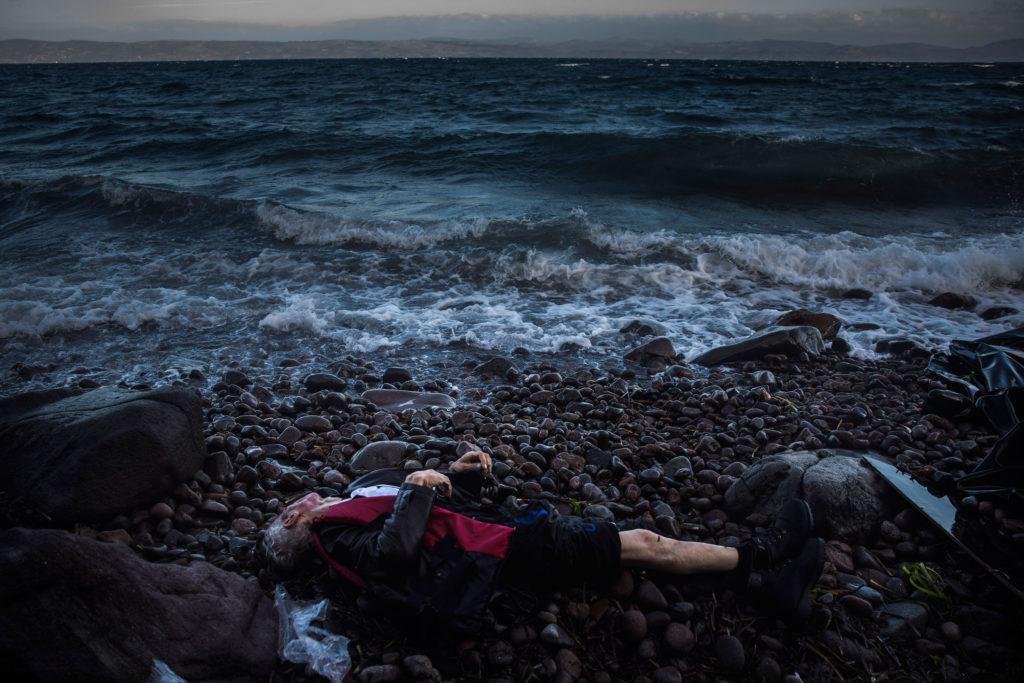Emigrante muerto en costa patera mediterráneo